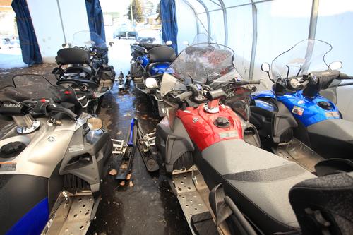 Centre du sport Lac Saint-Jean - motoneiges de dos.JPG